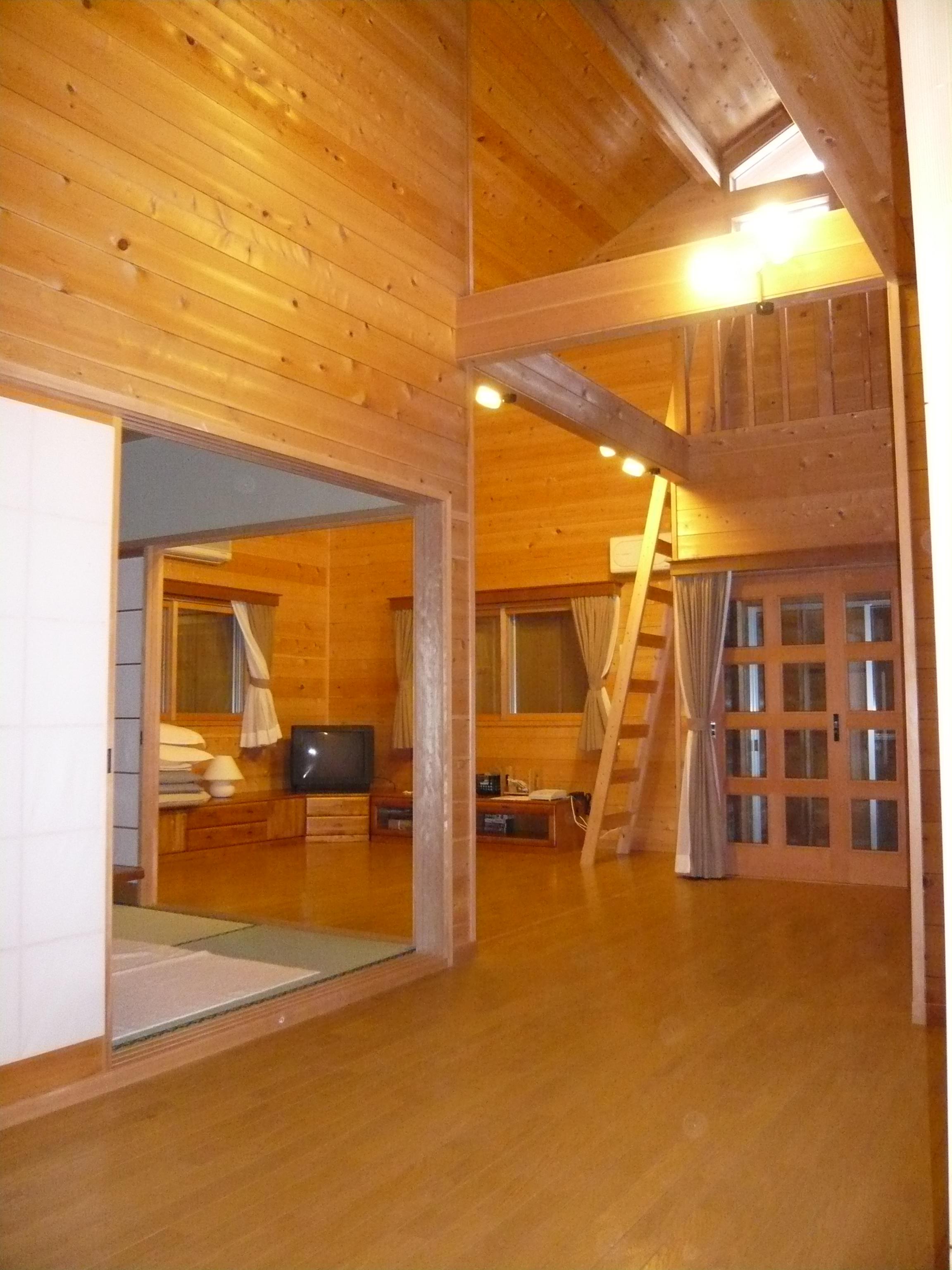 廊下からリビングをみたところです。左側は和室になっています。